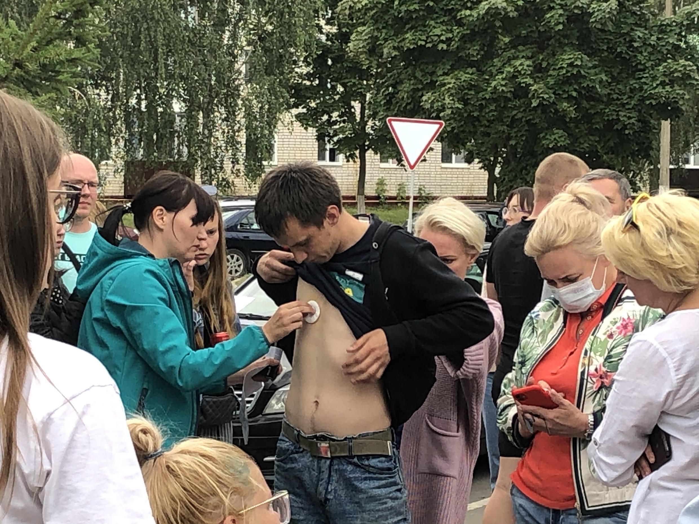Волонтеры оказывают первую помощь освобожденному из тюрьмы в Жодино. 13 августа. Беларусь