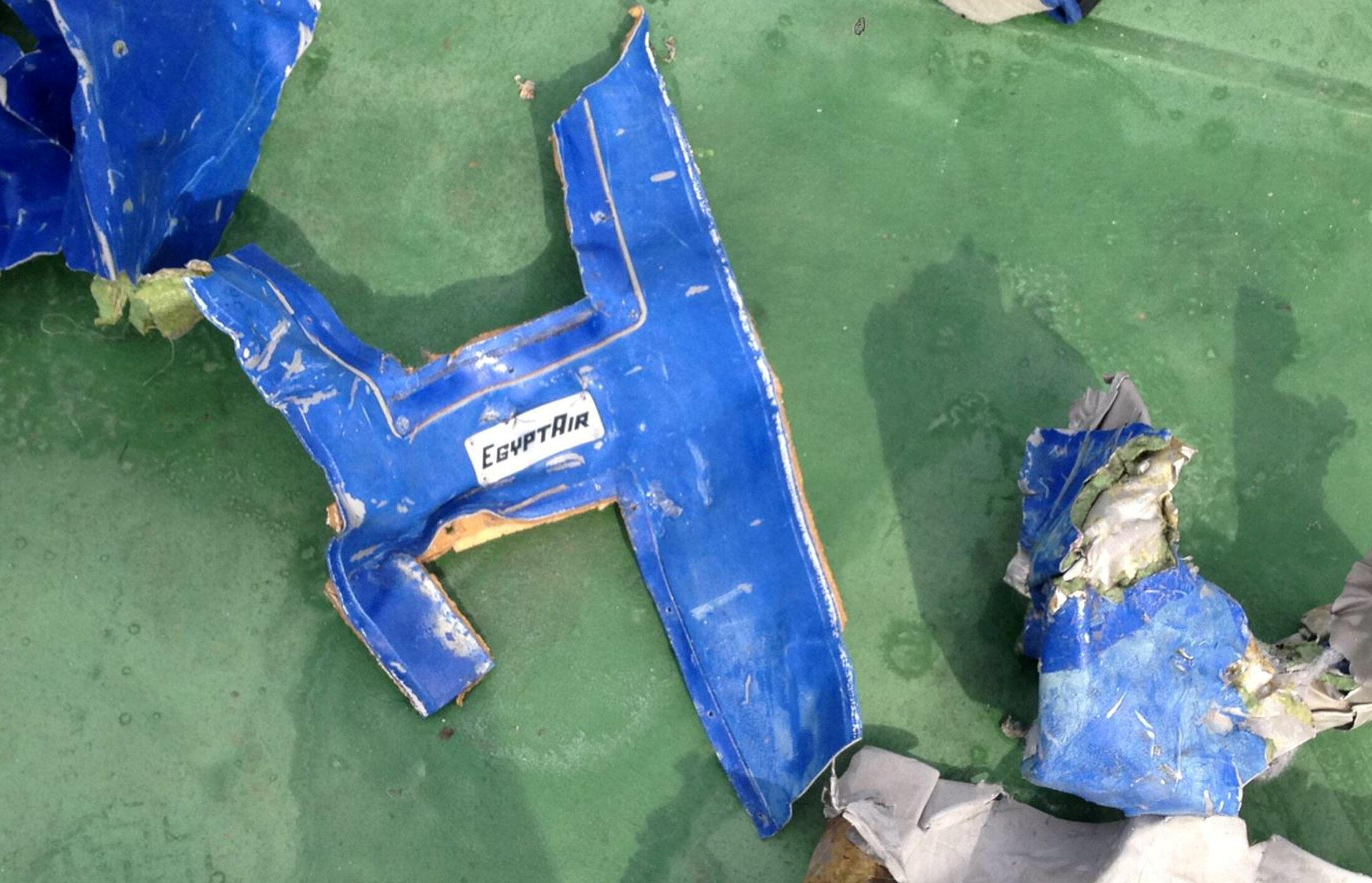 Các mảnh vỡ của chiếc máy bay gặp nạn thuộc hãng EgyptAir tìm thấy ở Địa Trung Hải
