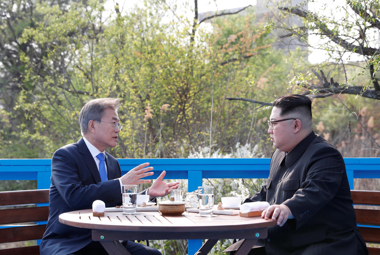Rais wa Korea Kusini Jae-in na mwenzake wa Korea Kaskazini Kim Jong-un.