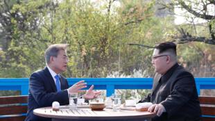 图为朝鲜领袖金正恩与韩国总统文在寅2018年4月27日于板门店会谈