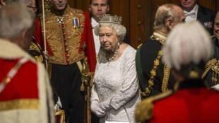 A rainha da Inglaterra, Elizabeth II, deixa o Parlamento inglês após pronunciar discurso anual nesta quarta-feira (18).