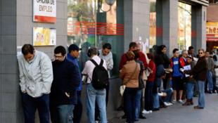 Fila de desempregados em Madri