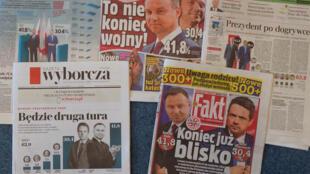 Las portadas de los principales periódicos de Polonia, fotografiadas en Varssovia, informan sobre la primera ronda de las elecciones presidenciales el 29 de junio de 2020