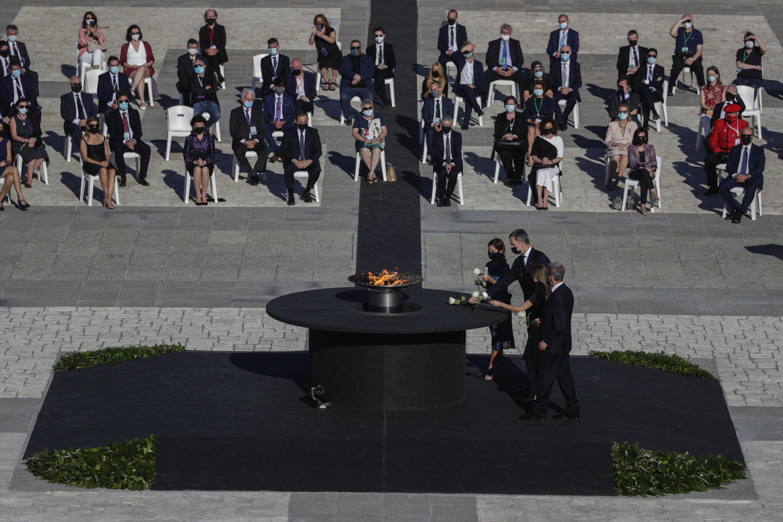 A princesa Leonor da Espanha e o rei Filipe 6 homenageiam vítimas do coronavírus no país.