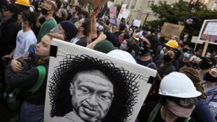 Chân dung George Floyd được trương lên trong cuộc biểu tình bên ngoài Nhà Trắng (Washington D.C.- Hoa Kỳ) ngày 02/06/2020.