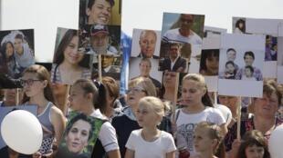 Familiares de vítimas do voo MH17 da Malaysia Airlines, reunidos em memorial durante o quarto aniversário da tragédia, 17 de julho de 2018