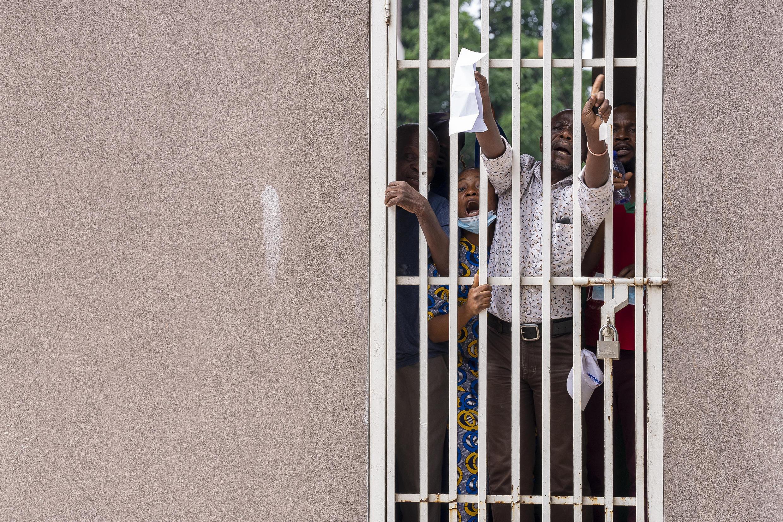 Pacientes congoleses portadores de la variante india del covid-19 protestan en un centro de cuarentena de Kinshasa, el 19 de mayo de 2021