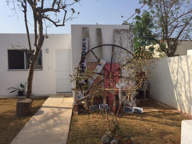 Moradores colocaram no jardim das casas obras feitas com objetos de ex-habitantes da Vila Autódriomo.