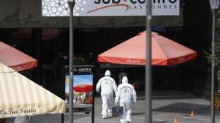 Peritos da polícia científica chegam à estação de metrô de Santiago onde aconteceu o atentado no dia 8 de setembro.