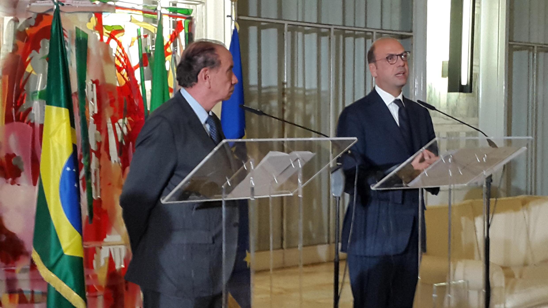 Os ministros das Relaçoes Exteriores da Itália (dir.), Angelino Alfano, e do Brasil (esq.), Aloysio Nunes Ferreira, na sede do Ministério dos Negócios Estrangeiros e da Cooperação Internacional em Roma, em 13 de novembro de 2017.