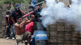 Manifestante utiliza un arma casera contra la policía durante una proesta contra le presidente Daniel Ortega en Masaya, el 19 de junio de 2018.