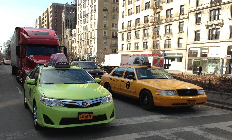Deux types de taxis co-existent à New-York, les «Boro Taxis» (vert) depuis l'été 2013 et les «Medallion Taxis» (jaune) qui sont les historiques.