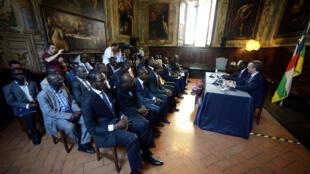 Le président de la communauté de Sant'Egidio Marco Impagliazzo (d) et le ministre centrafricain des Affaires étrangères Charles Armel Doubane, s'adressent aux représentants des groupes signataires de l'accord, à Rome, le 19 juin 2017.