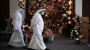 Les masques sont de rigueur au Bahreïn pour les personnes qui souhaitent se déplacer pendant le confinement.