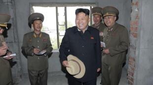 Le leader nord-coréen Kim Jong-un visite un immeuble en construction à Pyongyang.