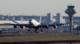 Un avion de passagers  décolle devant la tour de contrôle de la navigation aérienne à l'aéroport Barajas de Madrid, le 14 décembre 2010.