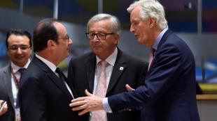 El presidente francés François Holland, Jean-Claude Juncker, presidente de la Comisión Europea y el negociador europeo para el Brexit, Michel Barnier, durante la cumbre en Bruselas este sábado 29 de abril 2017.