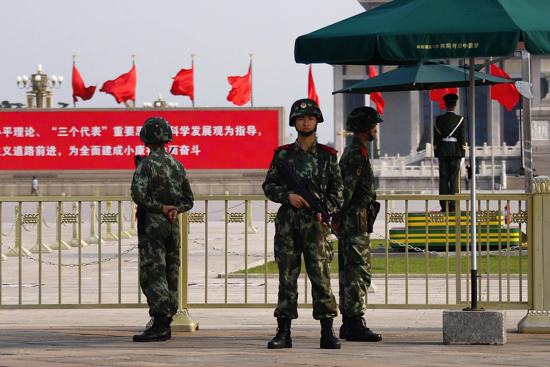 Cảnh sát vũ trang canh gác ở quảng trường Thiên An Môn, Bắc Kinh, Trung Quốc, 03/06/2014.