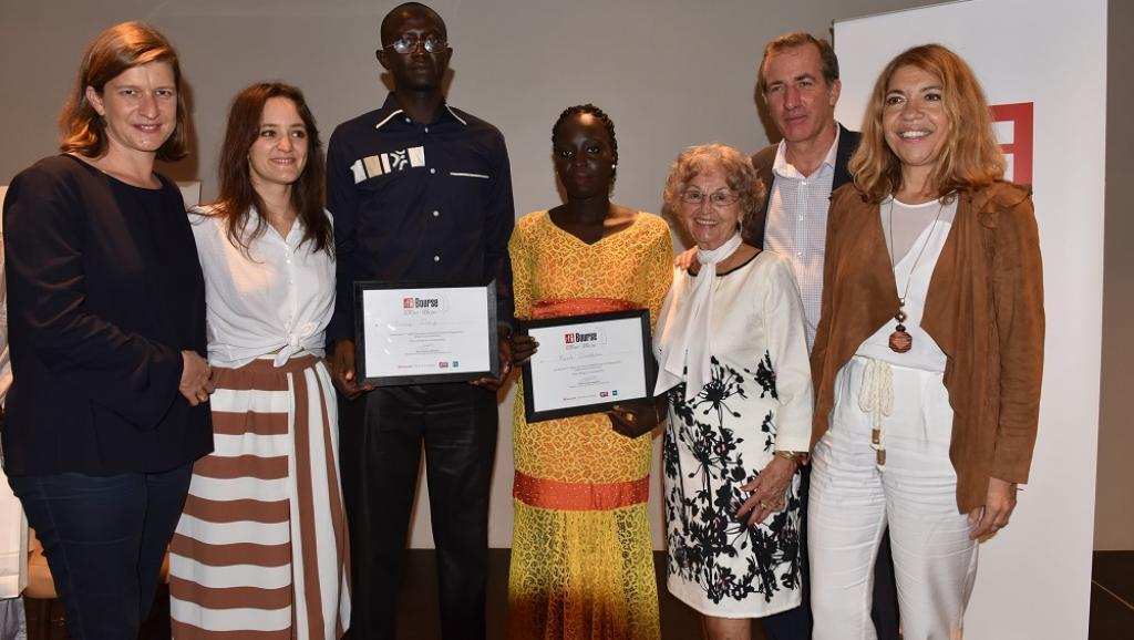 Cécile Mégie, director of RFI (l), Apolline Verlon, daughter of Claude Verlon, alongside the winners A. Diouf and N.Diedhiou, Mrs. Poinsot, mother of Ghislaine Dupont, the ambassador of France Christophe Bigot, Marie-Christine Saragosse, CEO of FMM (r).