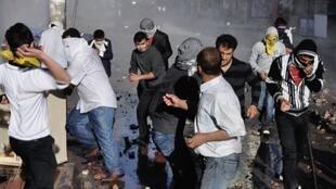 Plusieurs milliers de Kurdes en colère ont manifesté ce jeudi 21 avril 2011dans la province de Diyarbakir.
