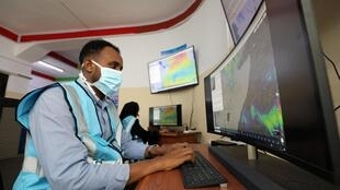 Un analyste somalien surveille les conditions météorologiques au centre d'alerte, à Mogadiscio, le 4 août 2020.