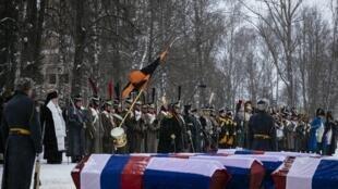 Les huit cercueils contenant des restes de grognards napoléoniens et de soldats tsaristes lors de la cérémonie d'inhumation dans la ville de Viazma, dans l'ouest de la Russie, le 13 février 2021.