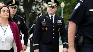 Trung tá  Alexander Vindman (G) trên đường tới điều trần trước Quốc Hội, Washington ngày 29/10/2019.