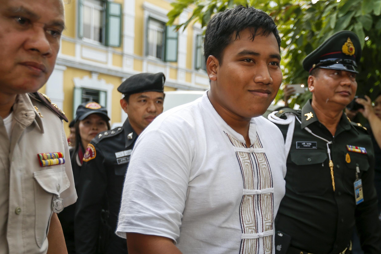 Sirawith Seritiwat, (G), lãnh tụ sinh viên Thái Lan, bị áp giải đến tòa án quân sự Bangkok, ngày 21/01/2016