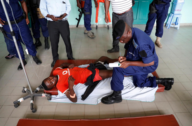 Mmoja wa waandamanaji aliyejeruhiwa kwa risasi kwenye mguu na polisi wakati wa maandamano ya amani mjini Kinshasa, Februari 25, 2018.