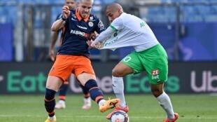 Le défenseur bosnien de Montpellier, Mihailo Ristic (g), lutte pour le ballon avec le milieu tunisien de Saint-Etienne, Wahbi Khazri, lors du match de Ligue 1 à domicile, le 2 mai 2021