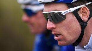 El piloto del equipo Groupama-FDJ, el francés Arnaud Demare (D), compite durante la quinta etapa de la 79a carrera ciclista París - Niza, 200 km entre Vienne y Bollene, el 11 de marzo de 2021.