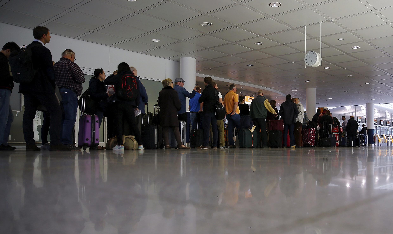 Passageiros fazem fila no aeroporto de Munique.