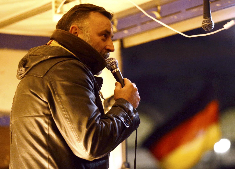 Основатель движения Pegida Луц Бахман на акции в Дрездене, 12 октября 2015 г.