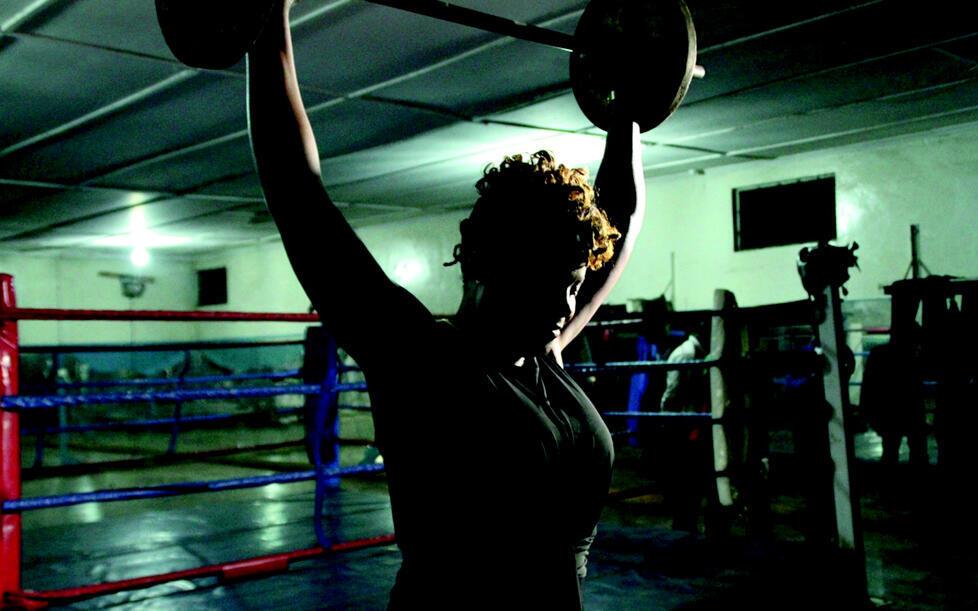 Between Rings, film finlandais de Salla Sorri et Jessie Chisi sur Esther Phiri, boxeuse de Zambie, qui a gagné sept titres de championne du monde de boxe.
