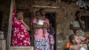 IMAGE Une famille de déplacés après des attaques jihadistes au Cabo Delgado, Mozambique, février 2021