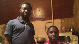 Ismael et Ibrahim dans la cuisine de leur appartement.