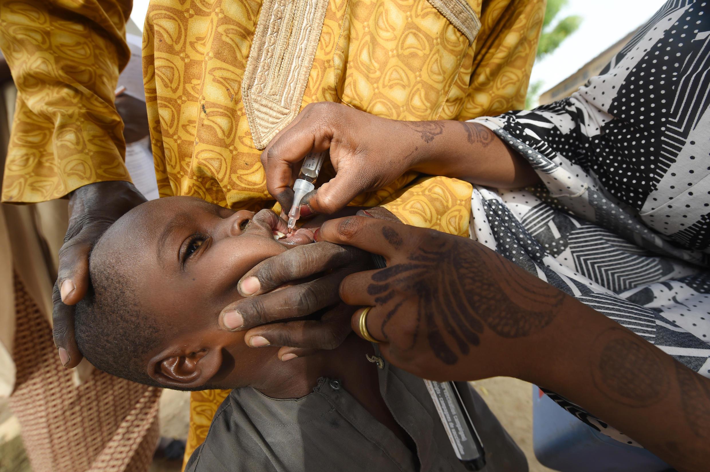Un trabajador sanitario administra una vacuna a un niño durante una campaña de vacunación contra la poliomielitis en Hotoro-Kudu, distrito Nassarawa de Kano, en el noroeste de Nigeria el 22 de abril de 2017