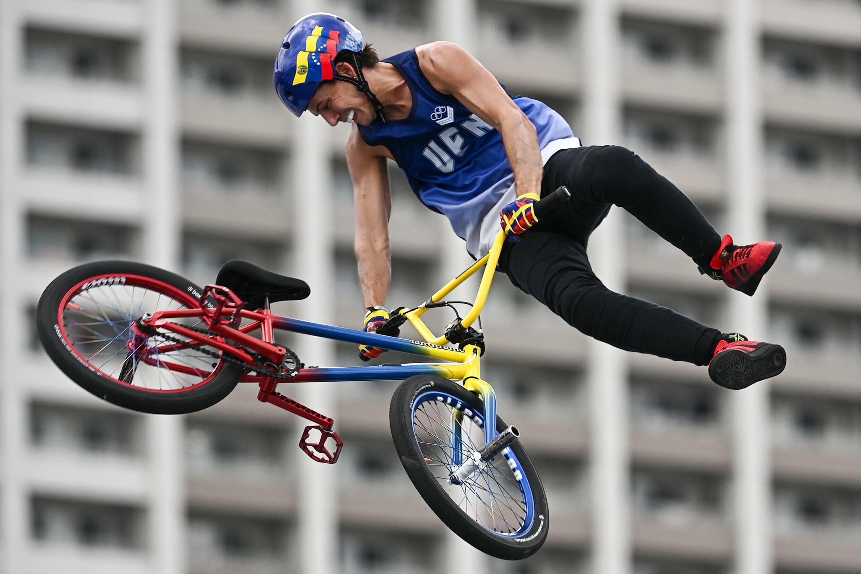 El venezolano Daniel Dhers compite en el evento de estilo libre masculino de  BMX durante los Juegos Olímpicos de Tokio 2020, el 31 de julio de 2021