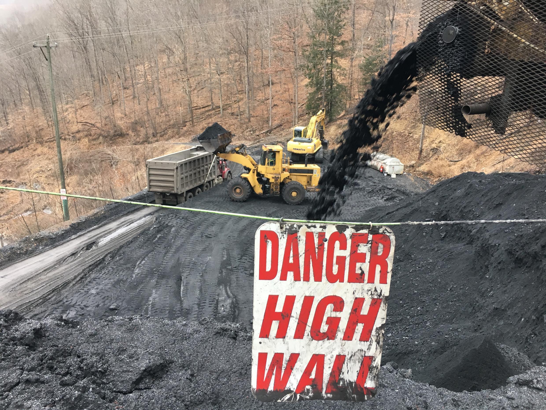 A l'extérieur de la mine de charbon de War aux Etats-Unis.