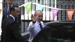 Владимир Путин садится в машину после встречи с Дэвидом Кэмероном 02/07/2012
