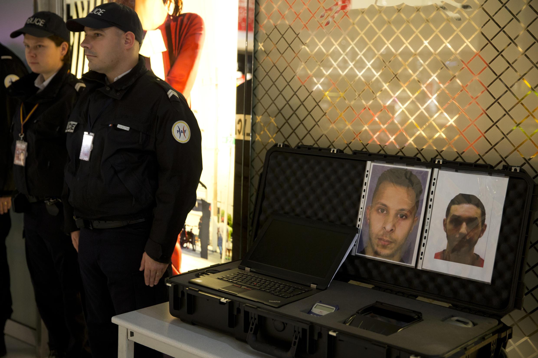 Policiais franceses, em 3 de dezembro de 2015, no aeroporto Charles-de-Gaulle, diante dos retratos de Salah Abdeslam (esq.) e Mohamed Abrini.