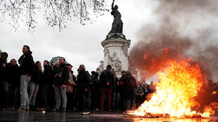 Thùng rác bị đốt cháy trong một cuộc biểu tình của học sinh tại Paris, Pháp, ngày 07/12/2018