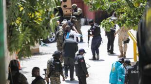 Policías haitianos y médicos forenses buscan indicios tras el asesinato del presidente Jovenel Moise ante la residencia presidencial, en Puerto Príncipe el 7 de julio de 2021