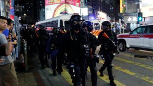 Une unité tactique spéciale de la police hongkongaise charge dans une rue, lors d'une manifestation antigouvernementale contre une loi d'urgence interdisant les masques faciaux lors des manifestations, à Yuen Long, à Hong Kong, Chine, le 5 octobre 2019.