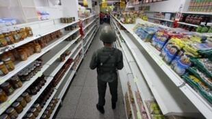Un soldat vénézuélien assure la sécurité dans un supermarché de San Antonio de Tachira, à la frontière colombienne, le 27 août 2015.