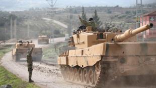 Tanques turcos trafegam pela província de Kilis, na fronteira com a Síria.