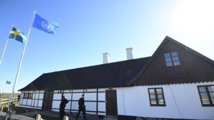 A polícia é vista antes da chegada do secretário-geral da ONU, Antonio Guterres, e do Conselho de Segurança de Backakra, em Ystad, sul da Suécia, em 21 de abril de 2018