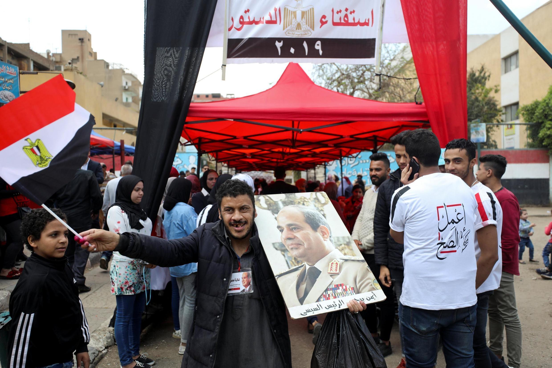 Drapeaux et distribution de cadeaux dans les rue du Caire pour inciter les Egptiens à aller voter au référendum constitutionnel qui se tient pendant trois jours à partir de ce samedi 20 avril.