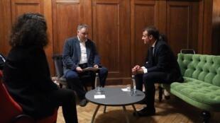 """Глава """"Мемориала"""" Александр Черкасов (слева) и президент Франции Эмманюэль Макрон. Санкт-Петербург, 25 мая 2018 г."""