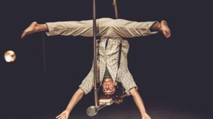 Simon Nyiringabo, l'un des 13 diplômés du Centre national des arts du cirque, sur son trapèze Washington.